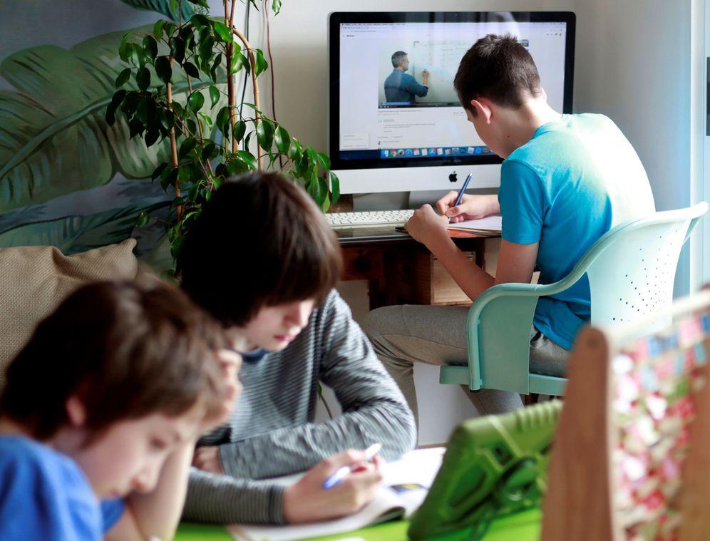 Foto: Niños estudian en casa durante el confinamiento, el pasado 19 de abril en Santiago de Compostela. (EFE)