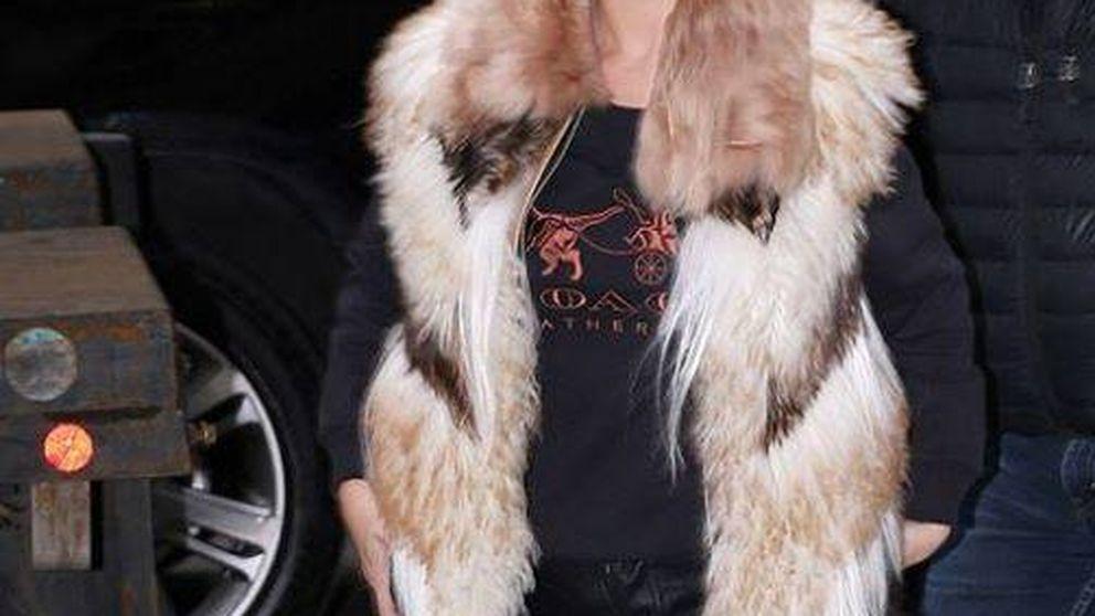 Selena Gomez: su 'look' con pieles despierta la polémica