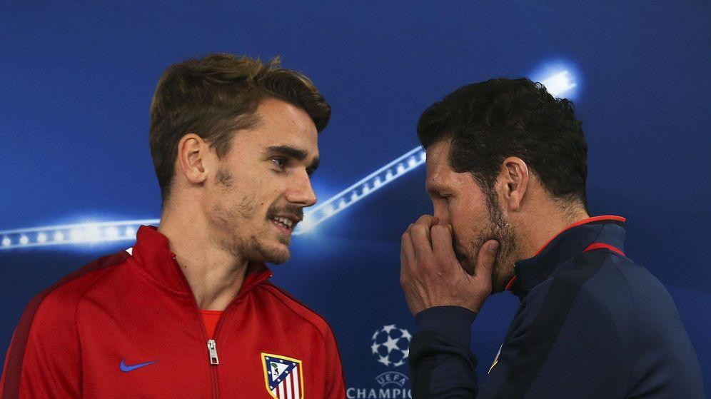 Foto: Griezmann, con el Cholo Simeone, antes de la rueda de prensa de un partido de Champions. (Reuters)