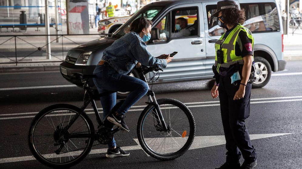 Foto: Agentes de la Policía municipal, en tareas de control en el Puente de Vallecas, en Madrid. (EFE/Rodrigo Jiménez)