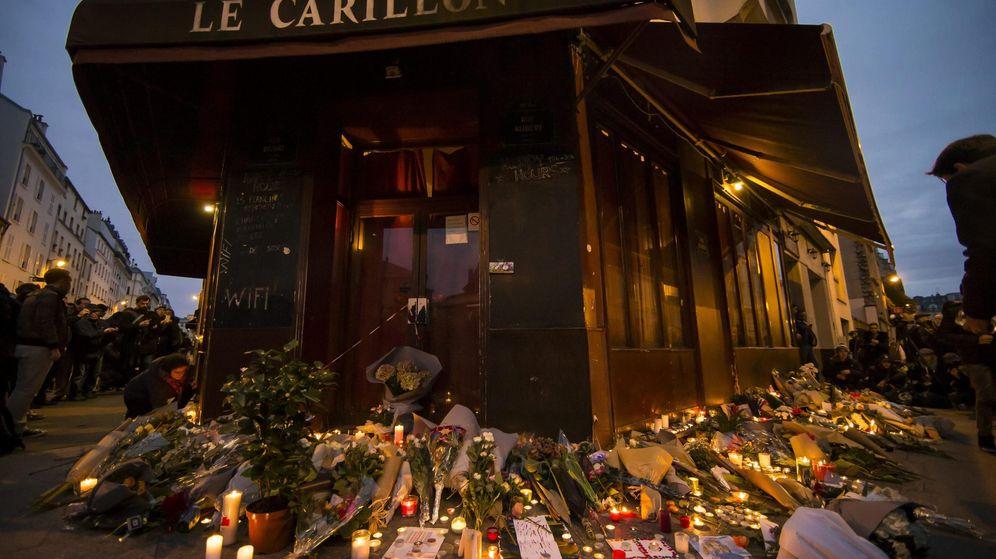 Foto: Flores y velas colocadas como homenaje a las víctimas de los atentados de París, ante el bar Le Carillon en la capital francesa. (Efe)