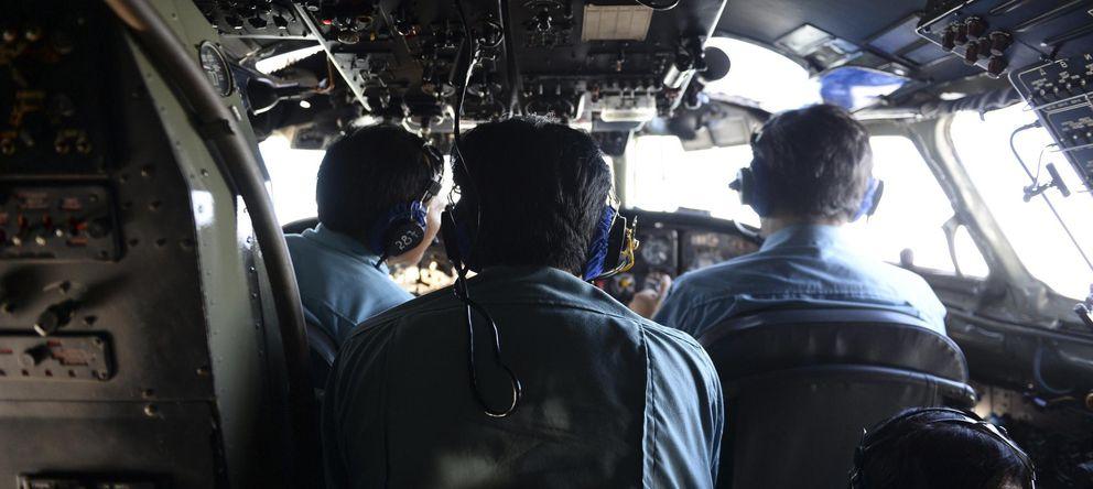 Foto: Miembros de las Fuerzas Aéreas de Vietnam durante la operación de búsqueda (Reuters).