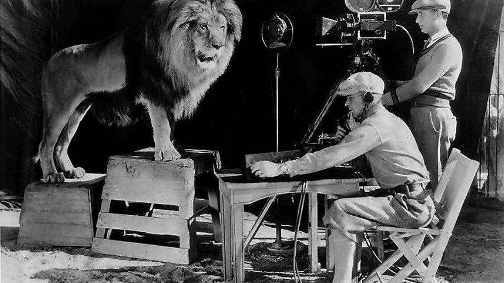 Foto: Cámara y sonidista grabando el rugido del león de la Metro en 1928