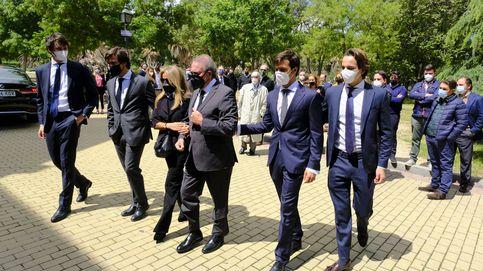 Ana Rosa, Tana Rivera y otros amigos arropan a Pedro Trapote en el funeral de su hijo