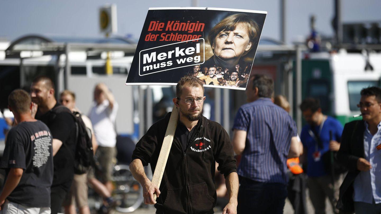 Un participante en una manifestación en contra de la política de asilo de Merkel, en Berlín, el 30 de julio de 2016. (Reuters)