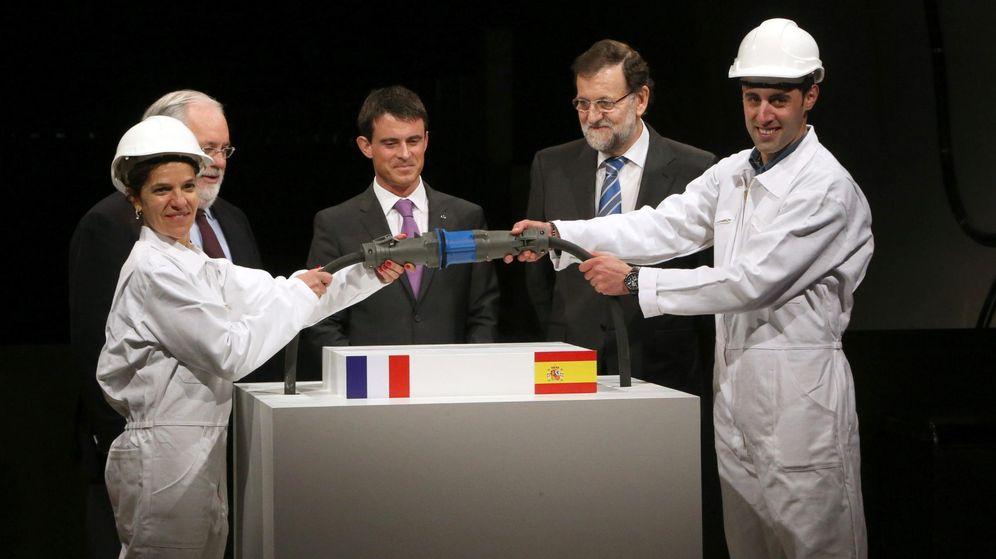 Foto: Foto de archivo del ex primer ministro francés Manuel Valls y el presidente del Gobierno español, Mariano Rajoy, durante la inauguración de la interconexión España-Francia de la línea de alta tensión. (EFE)