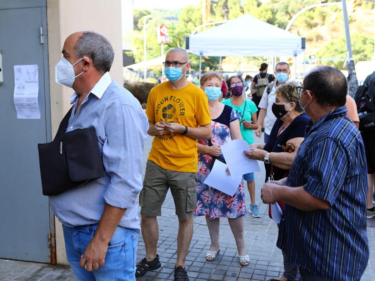 Foto: Varias personas esperan para realizarse la prueba PCR en Barcelona. (EFE)