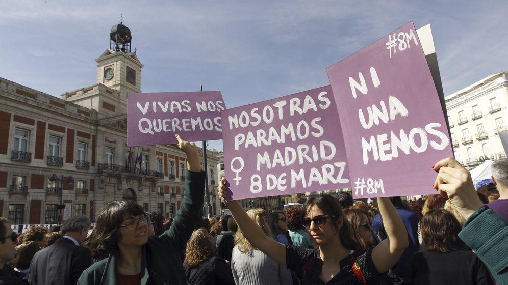Foto: Tres personas alzan carteles con motivo del Día Internacional de la Mujer en la madrileña Puerta del Sol. (EFE)