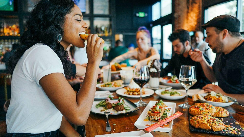 Cuando solo comes entre ocho y diez horas, no puedes ingerir 3.500 calorías (Unsplash)
