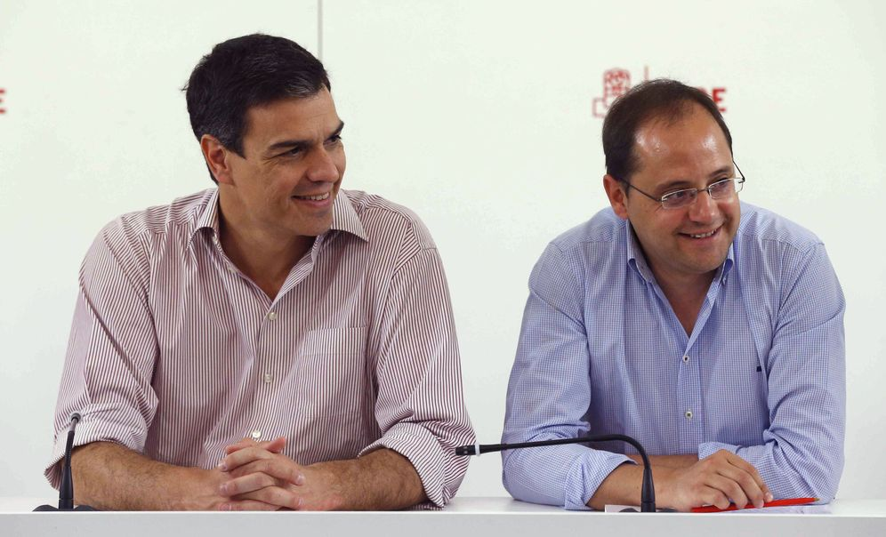 Foto: Pedro Sánchez y su número dos, César Luena, durante la reunión de la ejecutiva federal del PSOE de este 27 de junio en Ferraz. (EFE)