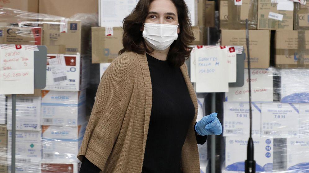 Foto: La alcaldesa de Barcelona, Ada Colau, supervisa la descarga del pedido de 12 toneladas de material sanitario de protección frente al coronavirus. (EFE)