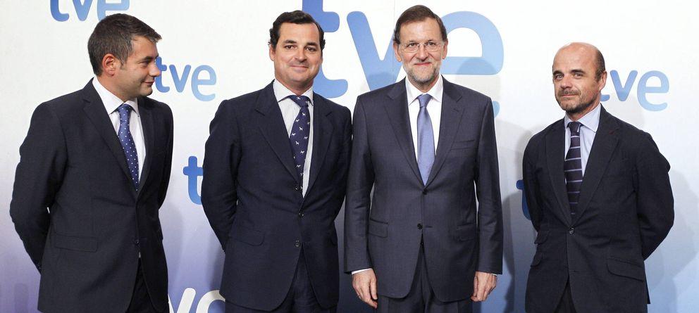 Foto: Mariano Rajoy (2d), el director de informativos de TVE; Julio Somoano (i), el presidente de la Corporación RTVE, Leopoldo Gonzalez-Echenique (2i), y el director