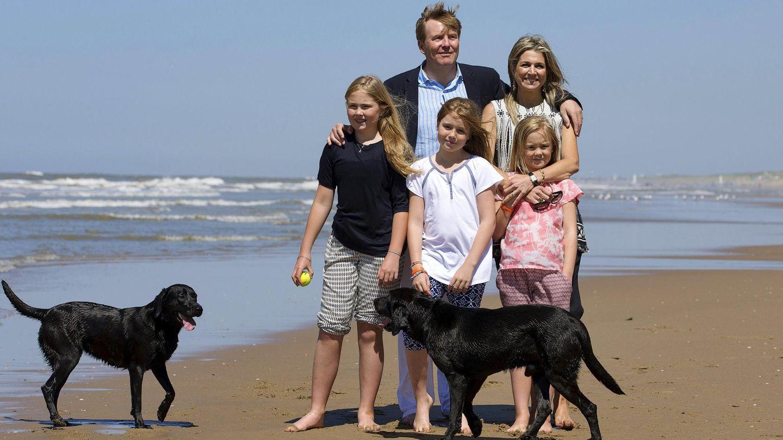 Posado veraniego de los reyes de Holanda y sus hijas. (Reuters)