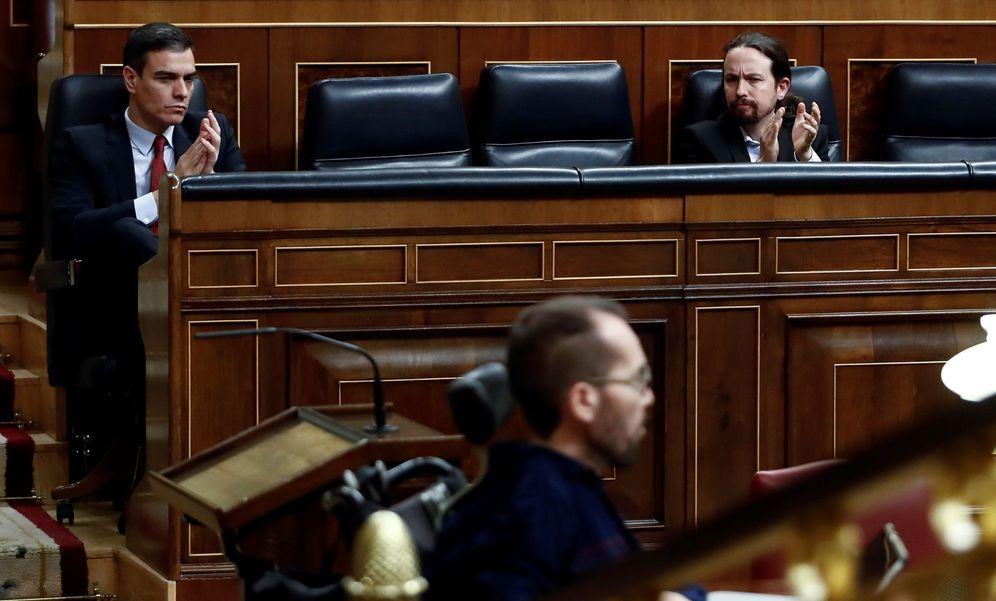 Foto: El presidente del Gobierno, Pedro Sánchez, y el líder de Unidas Podemos, Pablo Iglesias (d), apaluden a Pablo Echenique (c) durante el último pleno celebrado en el Congreso de los Diputados. EFE
