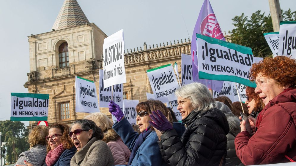 Foto: Cientos de manifestantes, durante la movilización convocada por colectivos feministas frente al Parlamento de Andalucía contra las propuestas en políticas de igualdad y de violencia de género. (EFE)