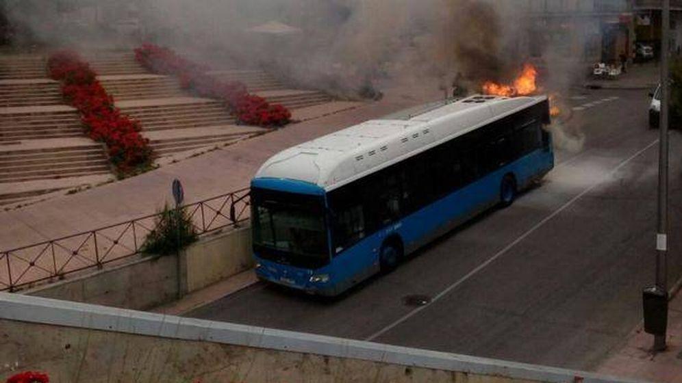 Foto: Autobús de la EMT en llamas. (Twitter @Ignaciobelidop)