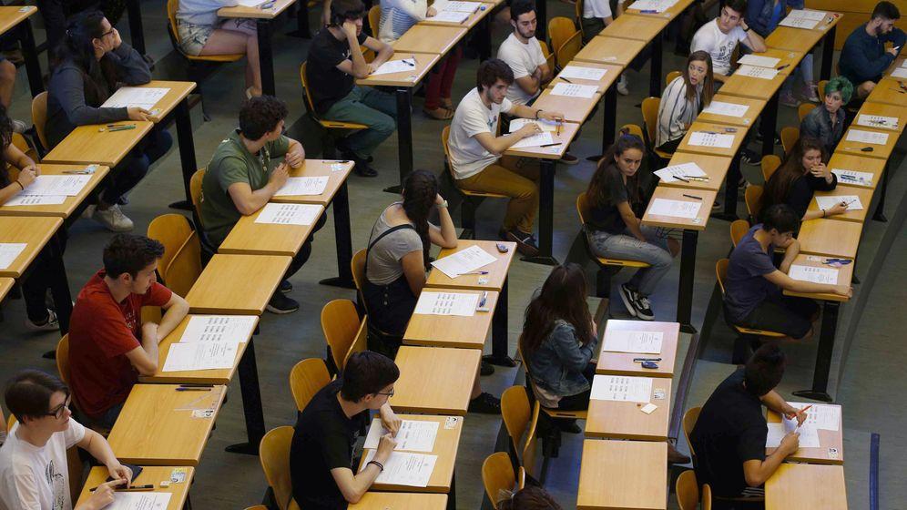 Foto: Estudiantes esperan en la Facultad de Odontología de la Universidad Complutense de Madrid para el inicio de la primera Evaluación de Bachillerato para el Acceso a la Universidad (EBAU). (Efe/Paco Campos)