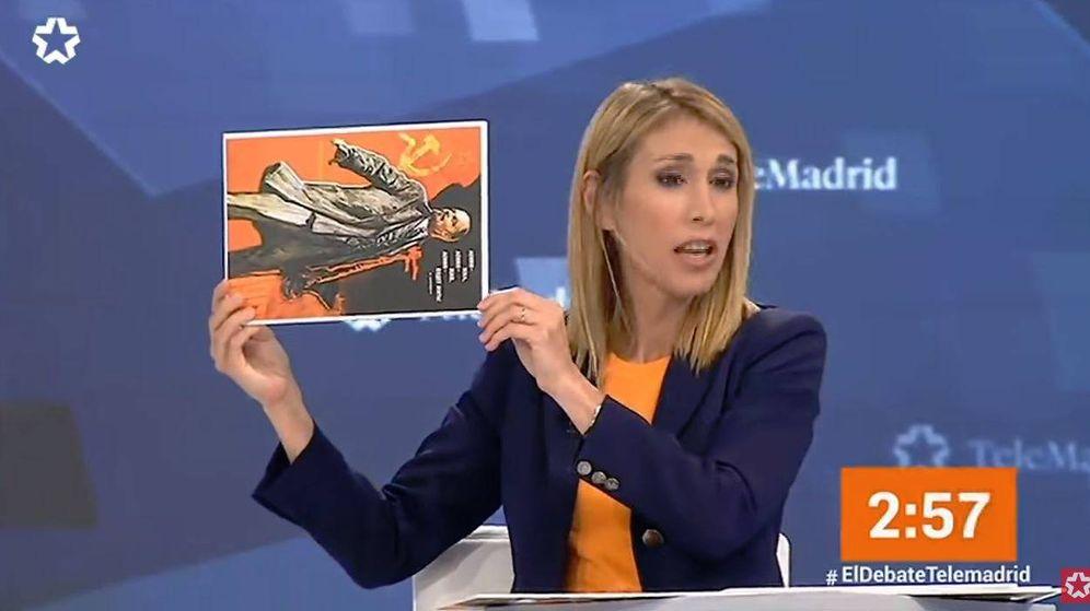 Foto: Silvia Saavedra saca un cartel de Lenin (de lado) durante el debate de Telemadrid
