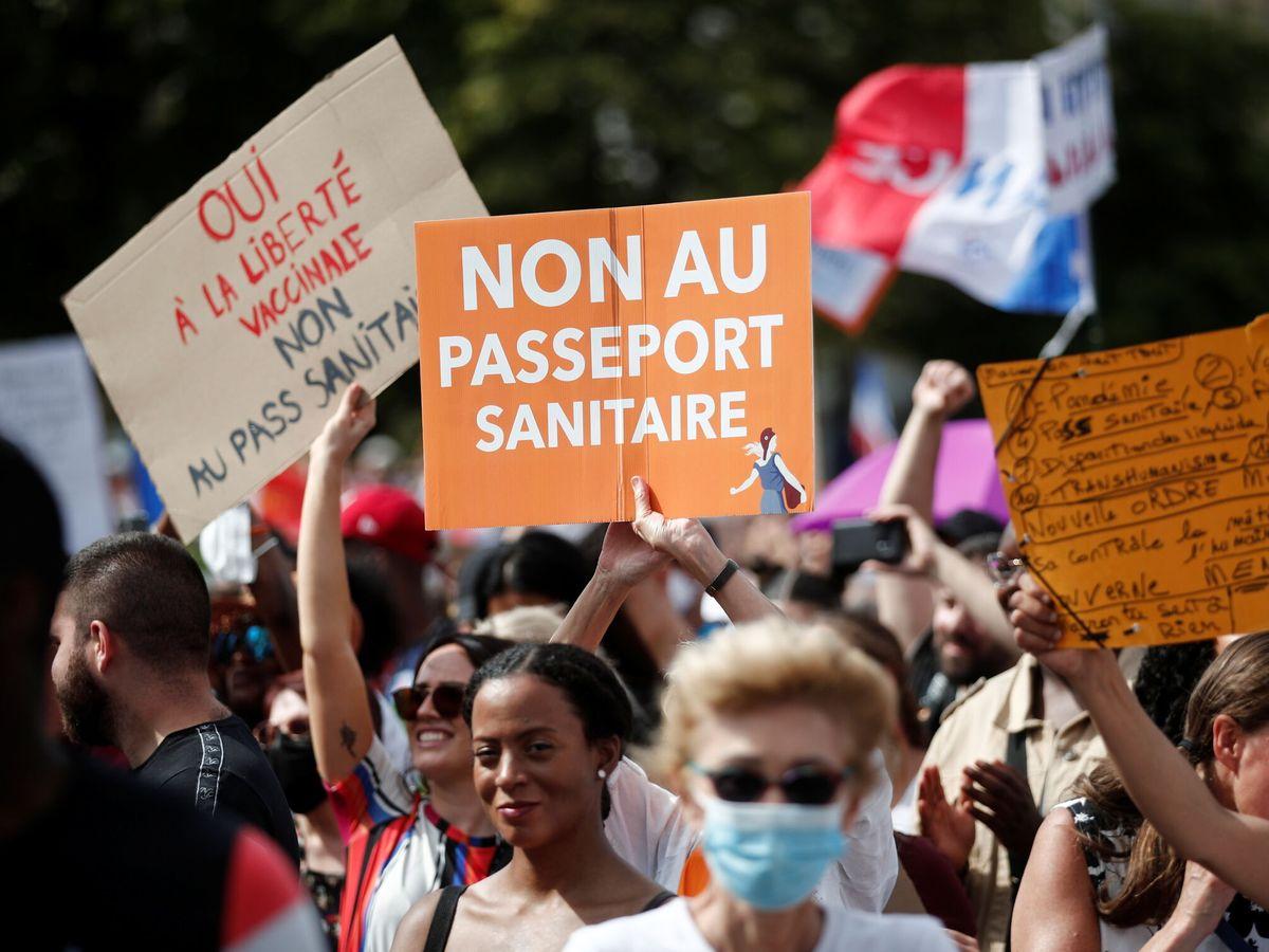 Foto: Protestas contra el pasaporte covid en París. (Reuters)