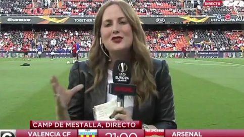 Una periodista de Gol recibe un balonazo en directo en la previa Valencia-Arsenal
