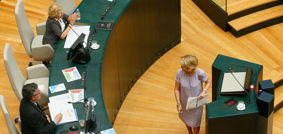 Foto: La alcaldesa de Madrid, Manuela Carmena (i), aplaude la intervencion de la portavoz del PP, Esperanza Aguirre (d) (Efe)