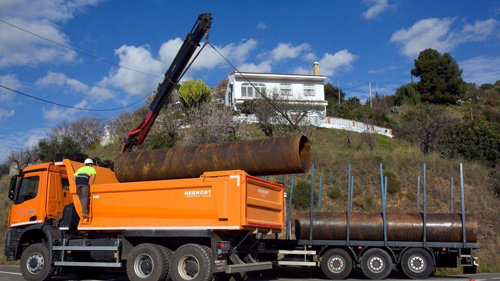 Foto: Un camión descarga tuberías que se utilizarán en las labores de rescate de Julen. (EFE)
