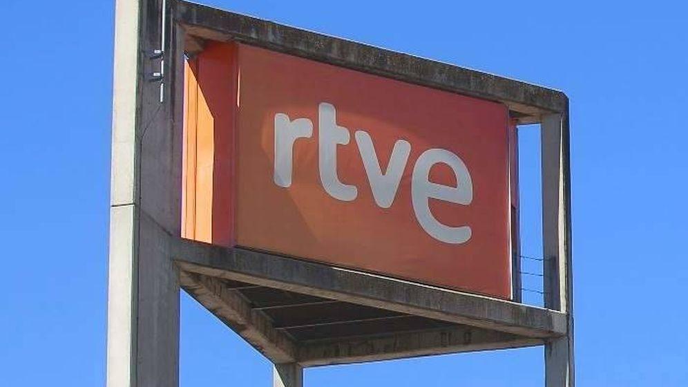 Foto: Logo de RTVE en el edificio de la corporación. (EFE)
