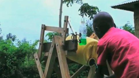 Premian a un niño africano que creó su propia máquina para lavarse las manos