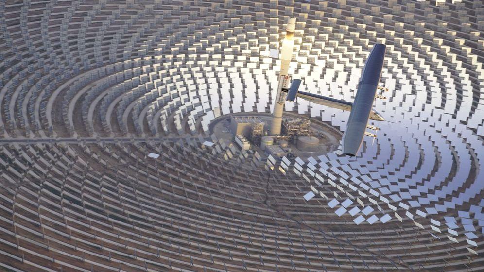Foto: Un avión solar sobrevuela una planta termosolar en Sevilla. (EFE)