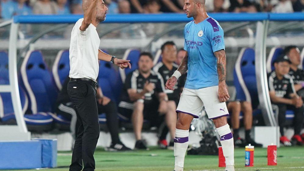 Foto: Pep Guardiola y Kyle Walker, lateral derecho del Manchester City, durante un partido de pretemporada del equipo inglés. (EFE)