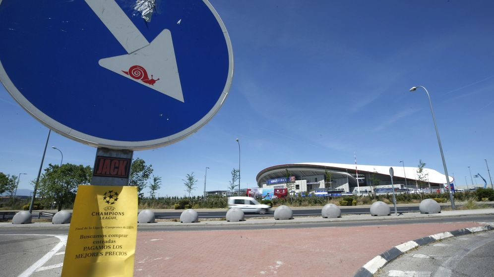 Foto: Un anuncio de reventa de entradas frente al Wanda Metropolitano. (EFE)