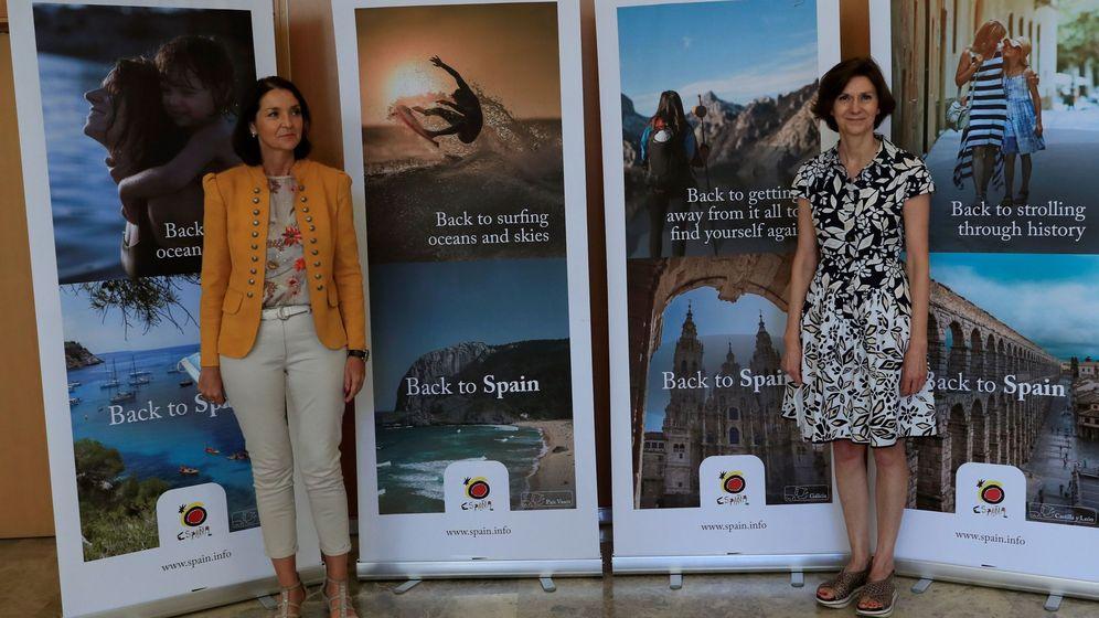 Foto: La ministra de Industria y Turismo, Reyes Maroto (i), y la secretaria de Estado de Turismo, Isabel Oliver, en la presentación de la campaña de España en el turismo internacional. (EFE)