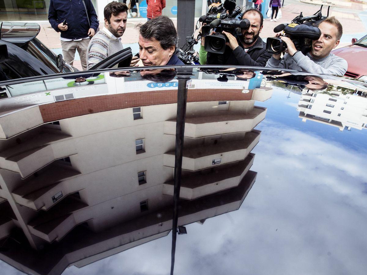 Foto: Ignacio González sale de los juzgados de Estepona en 2016. (EFE)