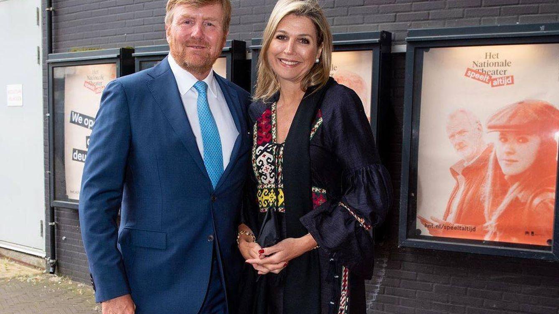 Máxima de Holanda: noche en el teatro con un look étnico y vestido artesanal