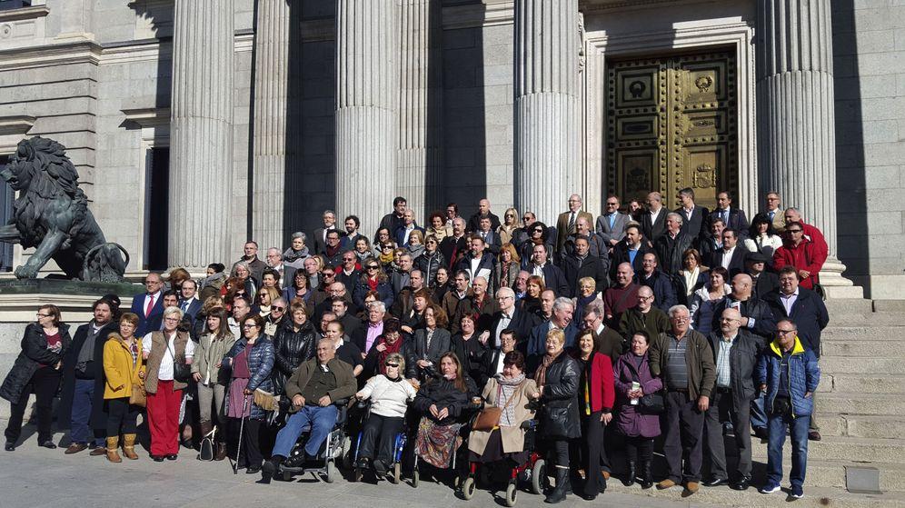 Foto: Concentración de integrantes de la Asociación de Víctimas de la Talidomida en el Congreso de los Diputados. (EFE)