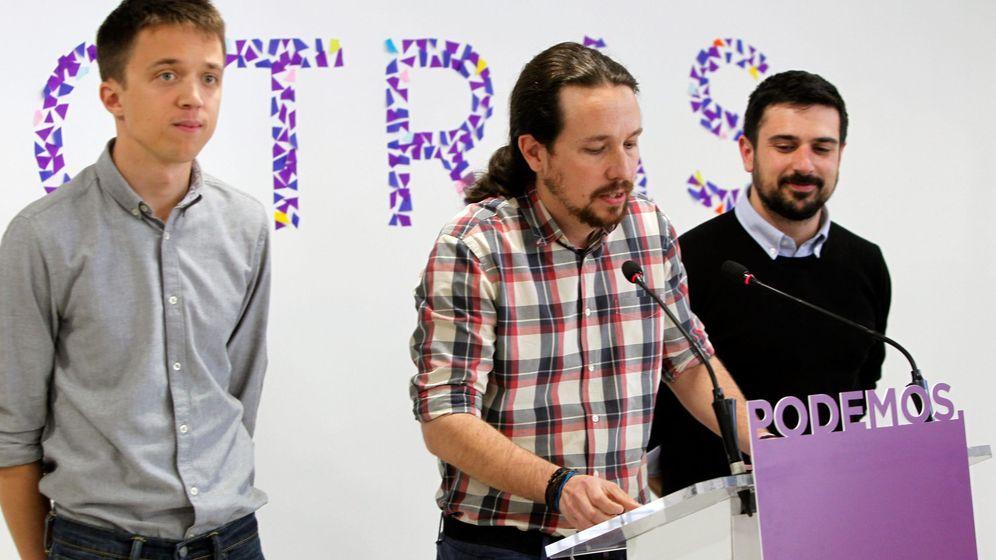 Foto: Pablo Iglesias, en rueda de prensa anunciando el acuerdo, alcanzado el pasado mes de abril, entre Íñigo Errejón (i) y el secretario general en Madrid, Ramón Espinar (d), para presentar una única lista a las primarias. (EFE)