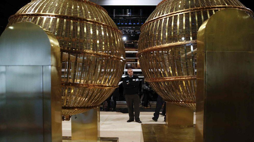 Foto: Los Bombos de la Lotería de Navidad 2015 llegan al Teatro Real de Madrid (EFE)