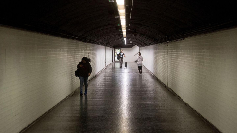 Viajeros en una parada de metro en Barcelona, este viernes. (EFE)