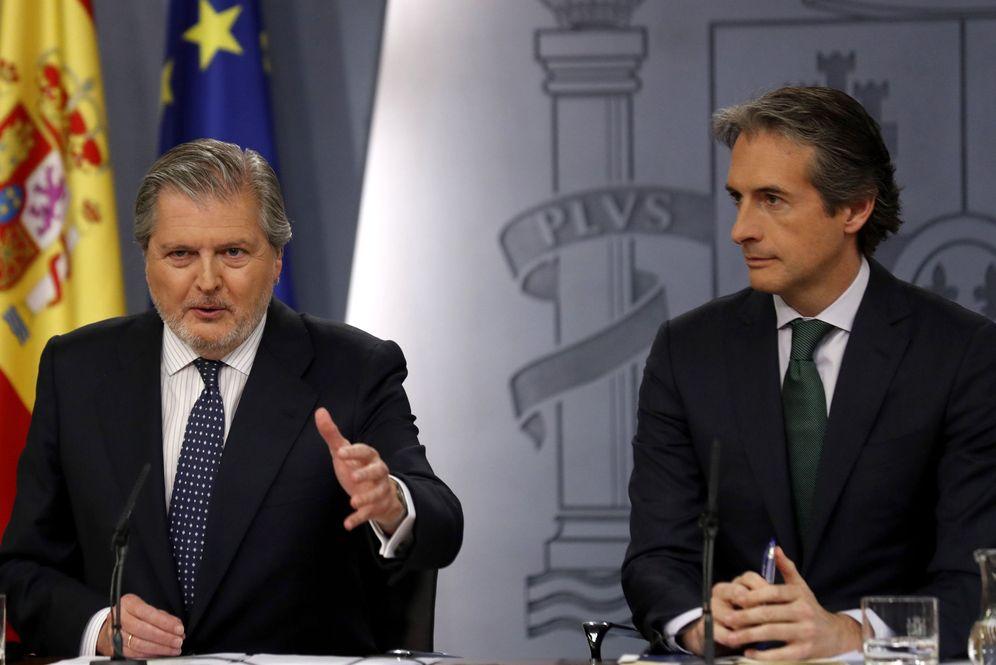 Foto: El portavoz del Gobierno, Íñigo Méndez de Vigo, junto al ministro de Fomento, Íñigo de la Serna. (EFE)