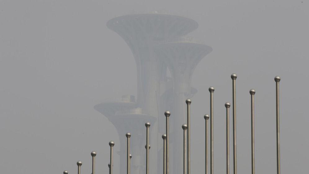 Foto: La torre del Parque Olímpico a través de la contaminación en Pekín este sábado. (Reuters)