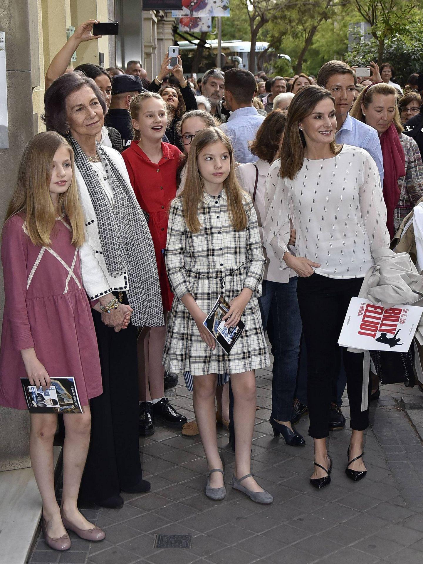 La reina Sofía y la reina Letizia con Irene Urdangarin, la princesa Leonor y la infanta Sofía, yendo a ver 'Billy Elliot'. (Cordon Press)