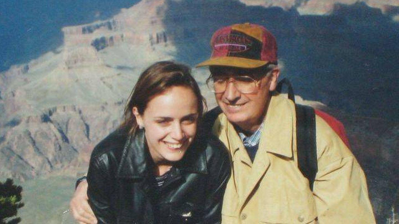 Carmen Cordón con su padre, Publio Cordón, en los 90. (Archivo familiar)
