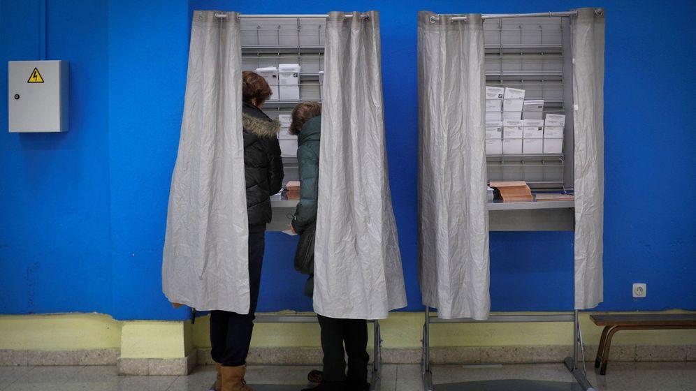 Foto:  Dos personas eligen sus papeletas. EFE