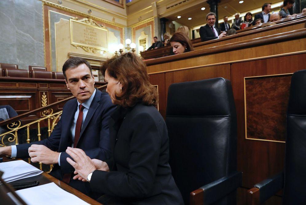 Foto: Pedro Sánchez conversa con su vicepresidenta, Carmen Calvo, este 27 de febrero en el pleno del Congreso. (EFE)