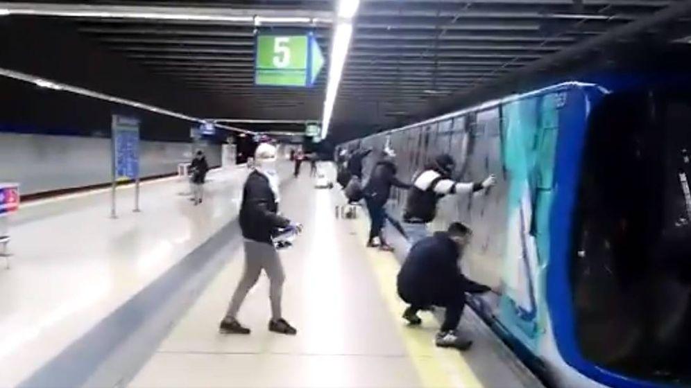 Foto: Uno de los últimos ataques de grafiteros a Metro de Madrid.