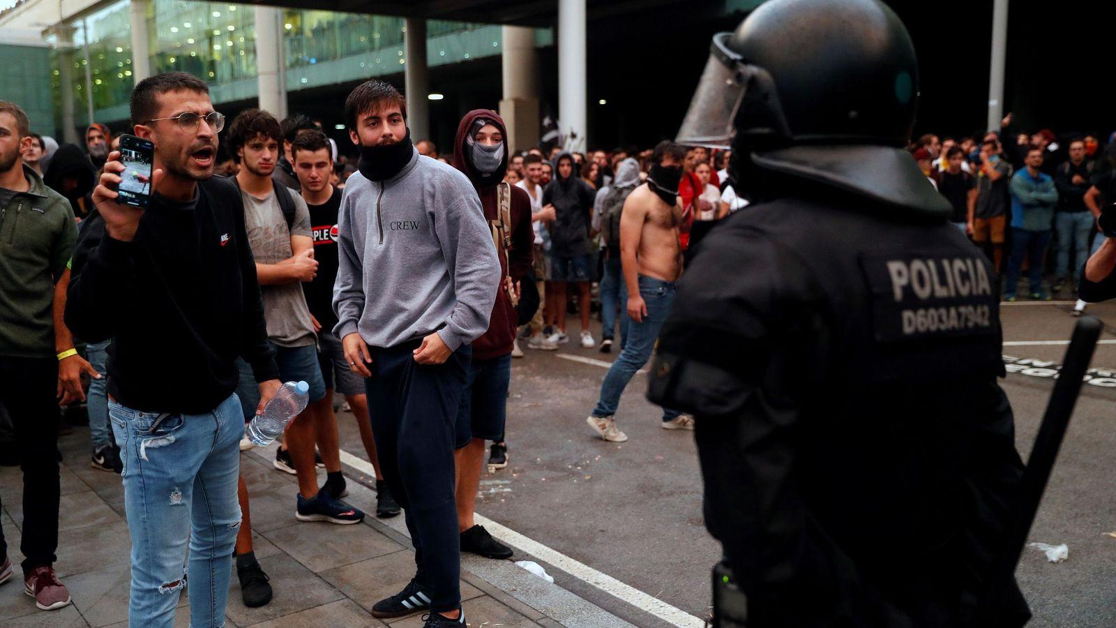 Foto: Varios manifestantes se encaran con un mosso. (EFE)
