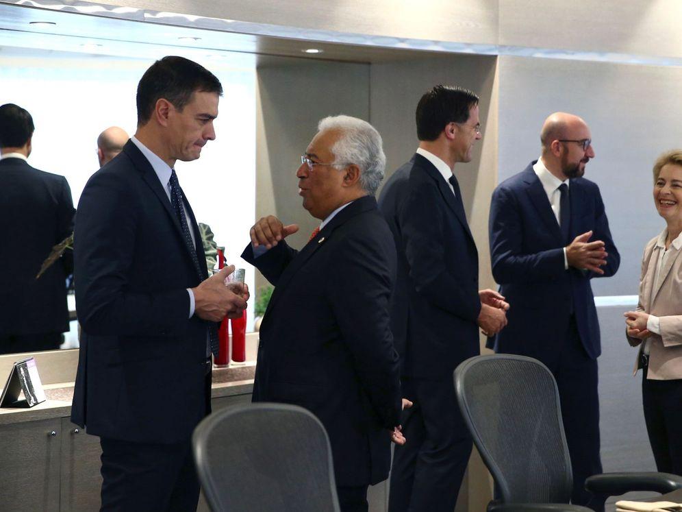 Foto: Pedro Sánchez charla con el primer ministro portugués, António Costa, en la reunión del Consejo Europeo, este viernes en Bruselas. (EFE)