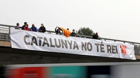 Pancartas y gritos para recibir al Rey y Sánchez en la fábrica de Seat en Cataluña