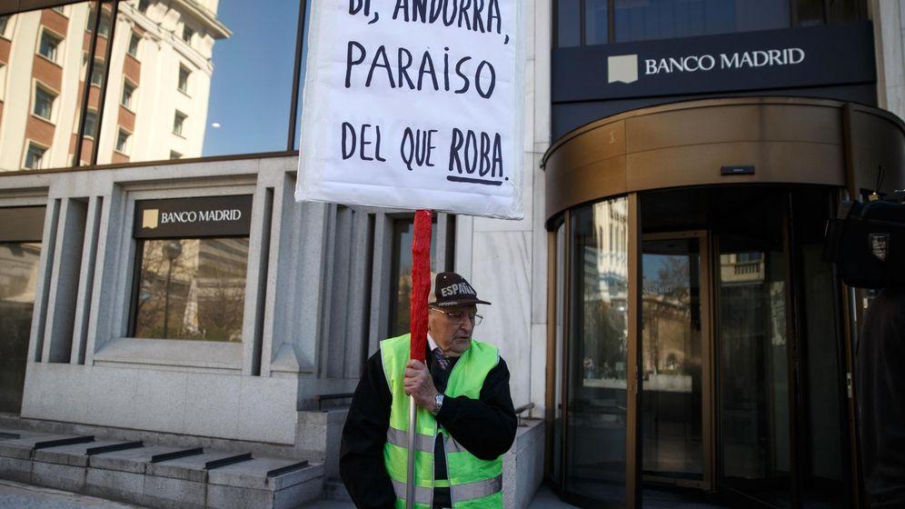 Foto: Protestas ante la sede de Banco Madrid. (Reuters)