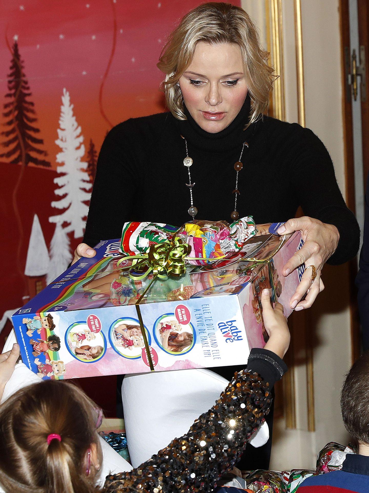 La princesa Charlène, en la tradicional entrega de regalos navideña. (EFE)